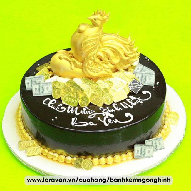 Bánh kem sinh nhật phủ socola tạo hình con gà mạ vàng sang trọng tặng ba